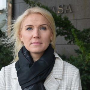 Marina Kinnunen, en vit kvinna med blont hår, står utanför Vasa centralsjukhus.