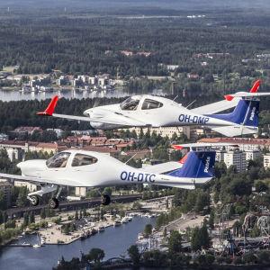 Patria Pilot Trainingin koulukoneita Tampereen yläpuolella