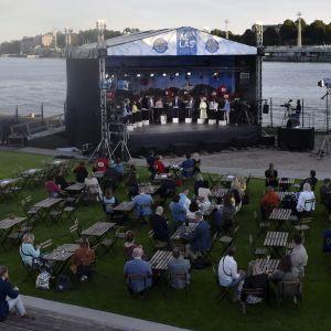Tv-debatt inför publik, med utsikt över södra hamnen i Helsingfors.