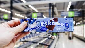 En hand håller upp en Eskimo-glass.