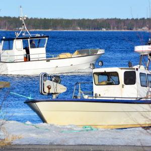 Två fiskebåtar