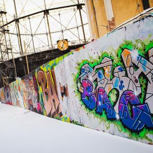 Graffiti rakennustyömaan aidassa