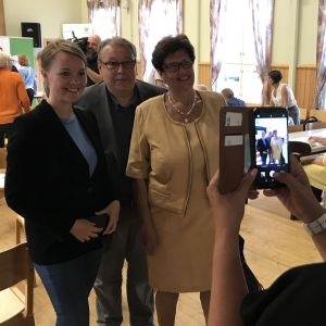 Katri Kulmuni och Sirkka-Liisa Anttila fotograferas tillsammans med en man.