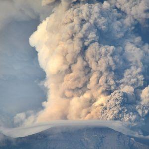 Vulkanen Agung på Java skickar ut askmoln.