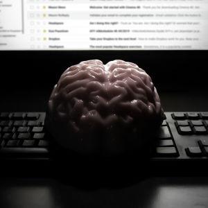 En hjärna framför en dator.