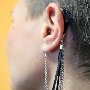 Kuulolaitteen ympärille tehty koru.