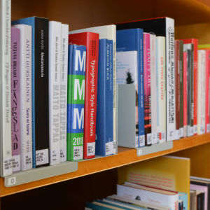 bokhylla med typografihandbok på lovisa bibliotek