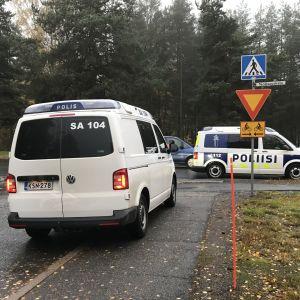 Poliisiautoja Harjavallan keskustassa