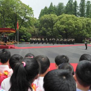 Presidenterna Vladimir Putin och Xi Jinping på välkomstceremoni i Shanghai