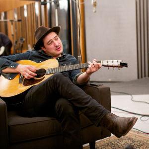 Marcus Mumford ja Taylor Goldsmith studiossa. Kuva dokumenttielokuvasta Dylania kenkälaatikosta (Lost Songs: The New Basement Tapes).