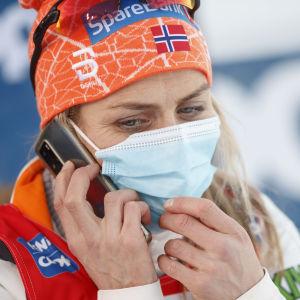 Therese Johaug pratar i telefon.