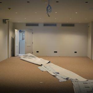 Nyrenoverat rum med tidningspapper på golvet.