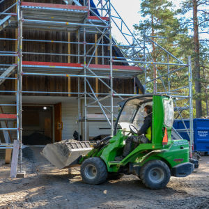 Byggnadsställningar på Sarvsalö kapell.