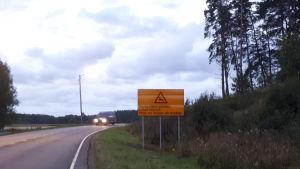 Tienvarsille ilmestyy ensi vuoden kesäkuun alussa uusi kauriseläimistä varoittava liikennemerkki.