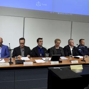 Centralkriminalpolisen tillsammans med flera samarbetspartner håller presskonferens om organiserad brottslighet den 9 september 2019. Personer sitter bakom ett långt bord och berättar om brottsligheten.