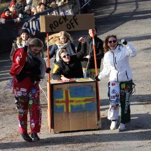 En pulka i form av ett bås med texten Rock off och en bild av Åländska flaggan.