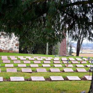 Gravar över stupade på begravningsplats.