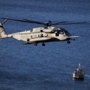 Sotilashelikopteri Bynesetissä Trondheimissa Nato Trident Junture 18 -harjoituksessa.