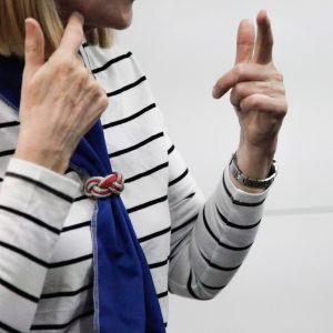 nainen viittomakielinen kädet viitot