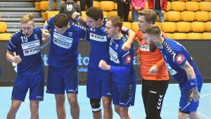 Finlands handbollslandslag höjer på stämningen inför VM-kvalmatchen mellan Finland och Cypern.