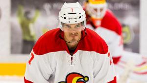 Oliver Lauridsen stretchar och ser fokuserad ut.