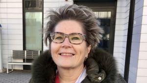 Tehohoidon vastuujohtaja Sari Karlsson hymyilee