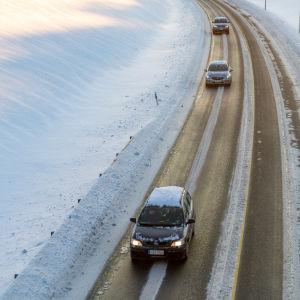 Bilar på landsväg under vintern.