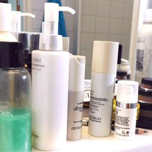 Kosmetiikkatuotteita kylpyhuoneen peilin edessä
