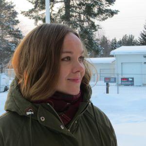 Kvinna i ett vintrigt landskap med snö på marken. Centerns riksdagsledamot Katri  Kulmuni.