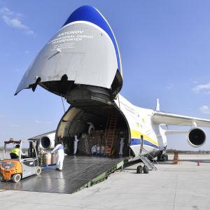 Transportplan på Budapests flygplats med medicinsk skyddsutrustning från Kina.