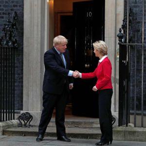 Boris Johnson och Ursula von der Leyen skakar hand utanför Downing Street.