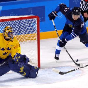 Joonas Kemppainen försöker få hål på Viktor Fasth i vinter-OS-gruppspelskmatchen 2018.