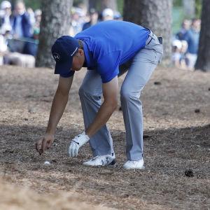 Jordan Spieth inne i skogen under andra dagen av US Masters.