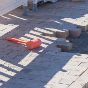 bild på en hammare vid en byggplats