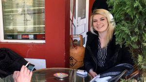 Magdalena Kostovska sitter på ett café i Makedonien