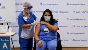I USA vaccineras vårdpersonalen mot covid-19. Los Angeles 14.12.2020