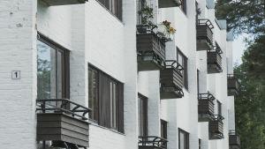 Balkonger på vitt höghus.
