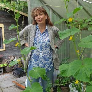 Riikka Slunga-Poutsalo i sitt växthus.