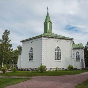 Valkoinen puusta rakennettu kuusikulmainen kirkko, norjalainen tunturikirkko, vihreä katto
