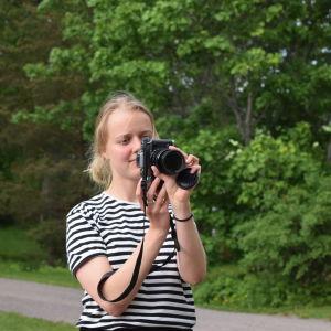 Emma Reijonen fotograferar.