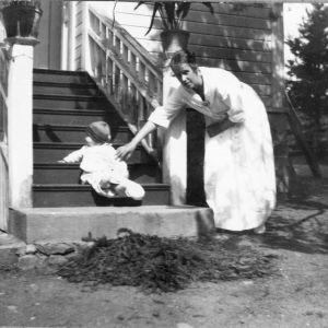 Ellen Engblom i början av 1920-talet med liten son.