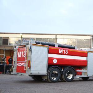 Paloautoja Mynämäellä leipomo Veraisen edessä.