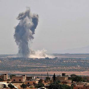 Rök stiger upp från staden Khan Sheikhoun efter en flygräd.