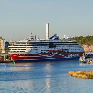 En Viking Grace-båt i hamnen i Åbo.