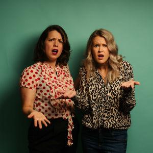 Eva Frantz och Hannah Norrena ser arga ut.