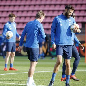 Tim Sparv (till höger) förbereder sig inför matchen mot Grekland.