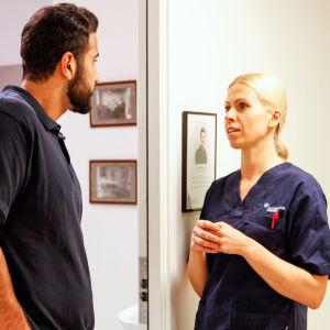 Två kolleger inom vårdbranschen diskuterar med varandra.