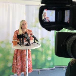 Maria Ohisalo Vihreiden tiedotustilaisuudessa.
