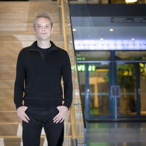 Kristian Segerstråle hotellin aulassa.
