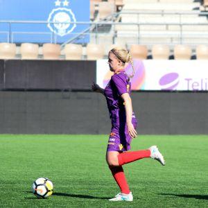 HJK:s Linda Ruutu jagar Åland Uniteds Isabella Mattsson i lagens ligamatch i Helsingfors våren 2018.